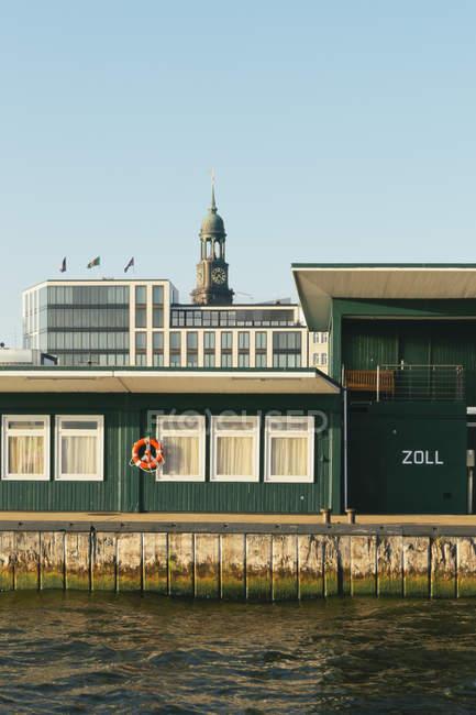 Germany, Hamburg, Customs station at Niederhafen with Hamburg Michel in background — Stock Photo