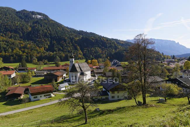 Village de vue de Sachrang Allemagne, Chiemgau, parmi les montagnes — Photo de stock
