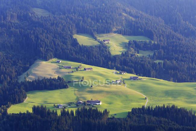 Autriche, Tyrol, Alpes Kitzbuehel, Vue de Hohe Salve à Brixen Valley, village dispersé Grubenberg — Photo de stock