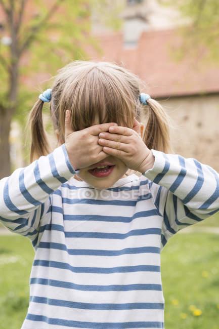 Kleines Mädchen Augen mit Händen bedecken — Stockfoto