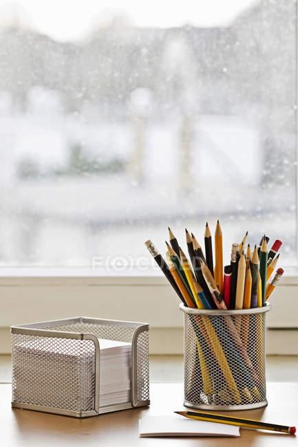 Lieu de travail avec crayons et notes vierges — Photo de stock