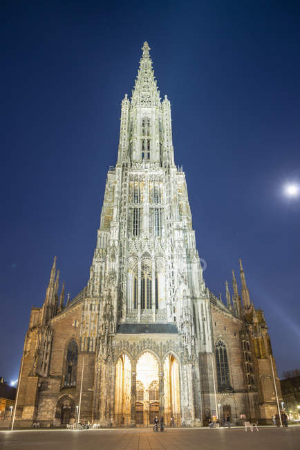 Alemania, Ulm, Vista de la iglesia de Ulmer Muenster por la noche - foto de stock