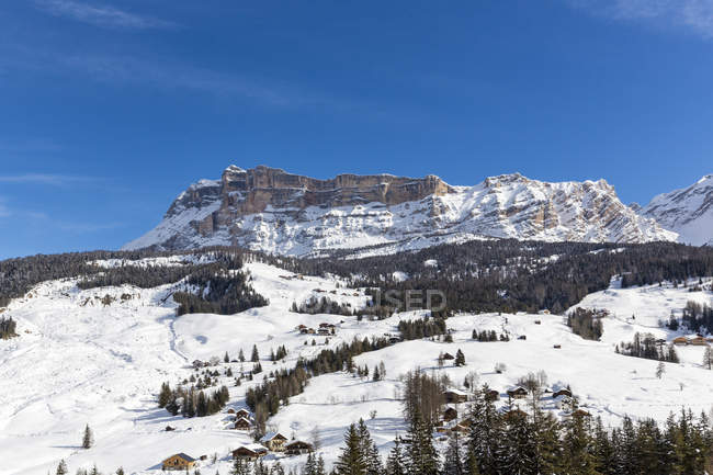 Italie, Dolomites, Haut-Adige, Kreuzkofel, la région Alta Badia, La Villa pendant la journée de sports d'hiver — Photo de stock
