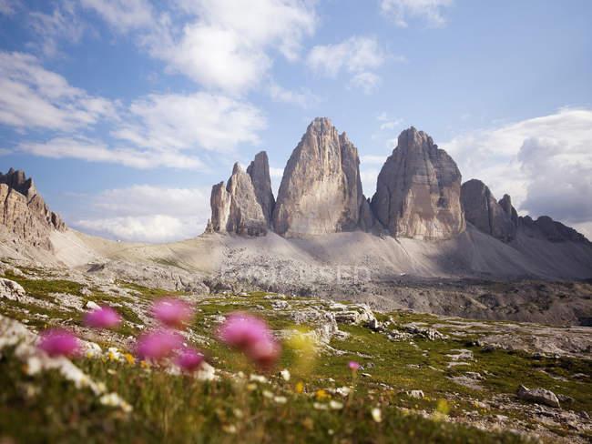 Vista del Parque Nacional de Dolomitas de Sesto en luz del día, Italia - foto de stock