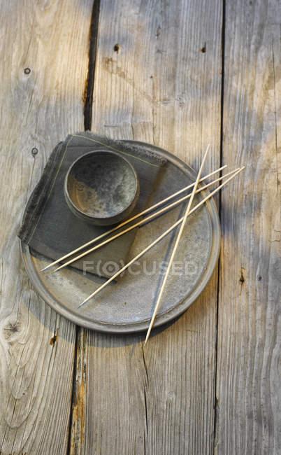 Іспанія, плита заліза, чаші, серветки і деревини шашлик на стіл — стокове фото