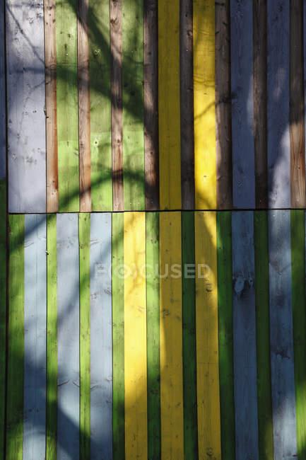 Тінь на кольорові дерев'яні стіни — стокове фото