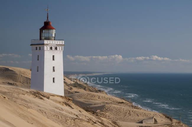 Данія, світлий будинок подання Rubjerg Knude в Північному морі — стокове фото