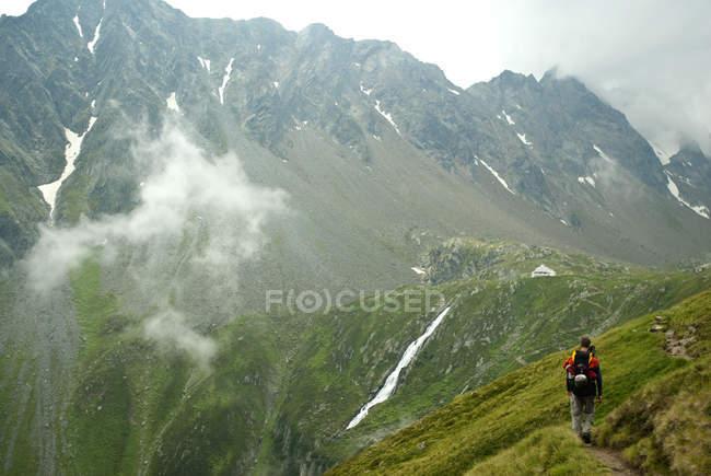 Austria, Tirolo, metà di uomo adulto a piedi al rifugio alpino — Foto stock