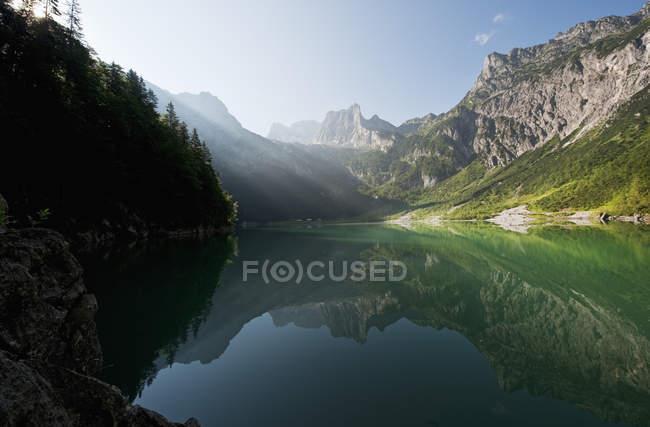 Österreich, Salzburger Land, Ansicht von See Hinterer Gosausee mit Bergen — Stockfoto
