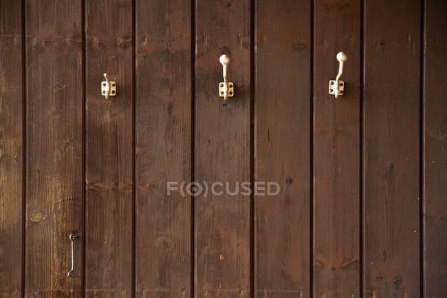 3 enduire les crochets sur le mur en bois — Photo de stock