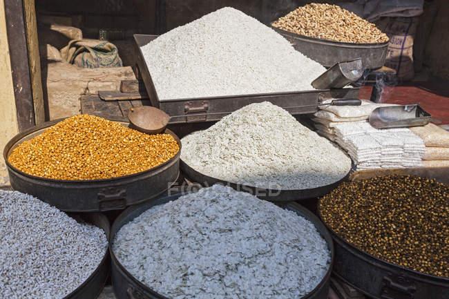 India, Uttarakhand, Rishikesh, Chick pea and wheat bran in basket — Stock Photo