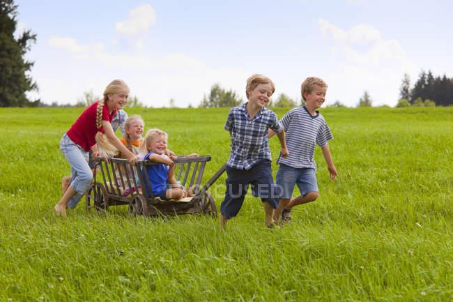 Група дітей, грає з руки кошик — стокове фото