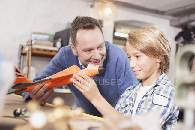 Батько і син ремонту повітряного судна — стокове фото