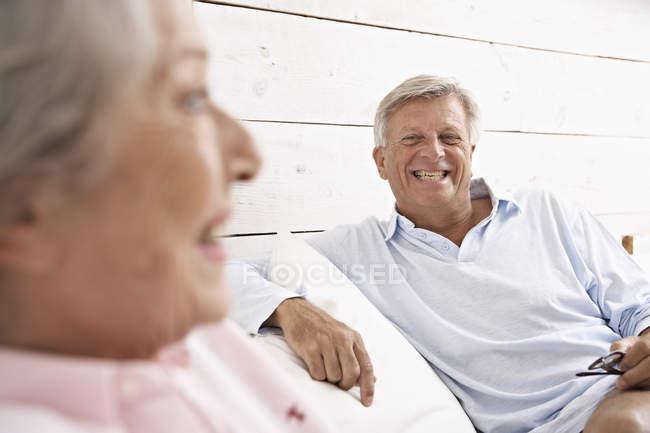 Старший пара розслабляючий на дивані — стокове фото
