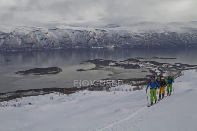 Норвегия, Люнген, лыжников, ходьба в гору — стоковое фото