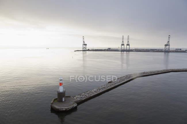 Danimarca, Aarhus, faro e ingresso al porto al tramonto — Foto stock