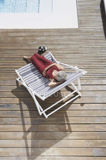 Старші жінки розслабляючий на шезлонгу — стокове фото