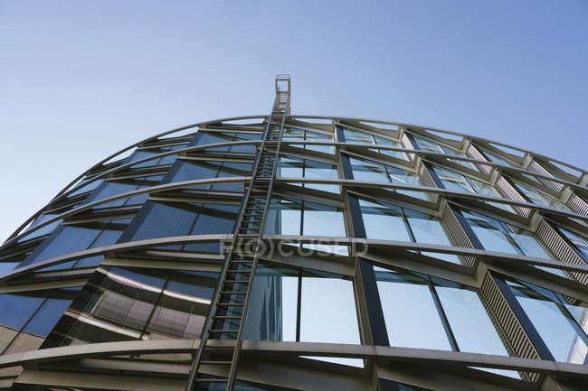 Нижній уявлення про сучасну будівлю в денний час, Westend Мюнхені, Баварія, Німеччина — стокове фото