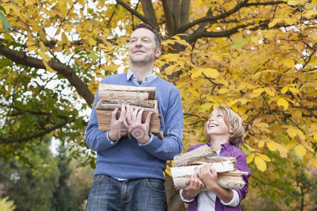 Батько і син проведення дрова — стокове фото
