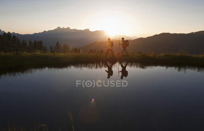 Пара прогулки возле горного озера — стоковое фото