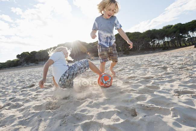 Діти грали у футбол — стокове фото