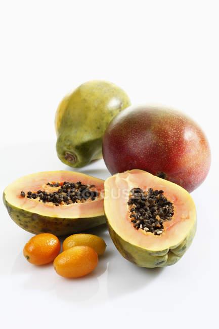Разнообразие экзотических фруктов — стоковое фото