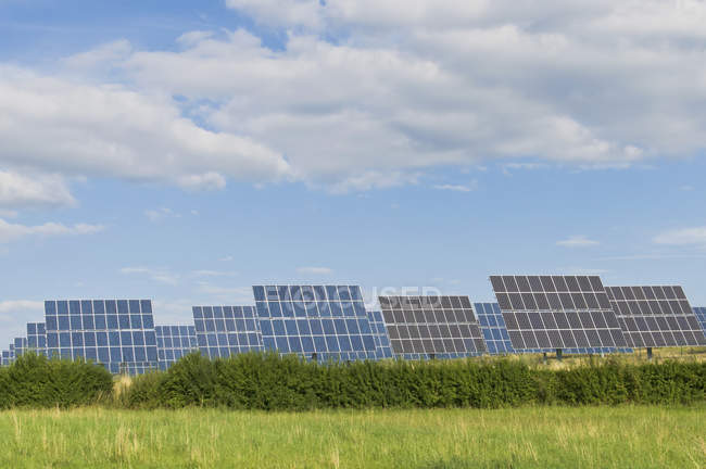Alemanha, Saxônia, Vista dos painéis solares sobre a grama verde — Fotografia de Stock