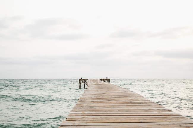 Деревянная пристань на море — стоковое фото