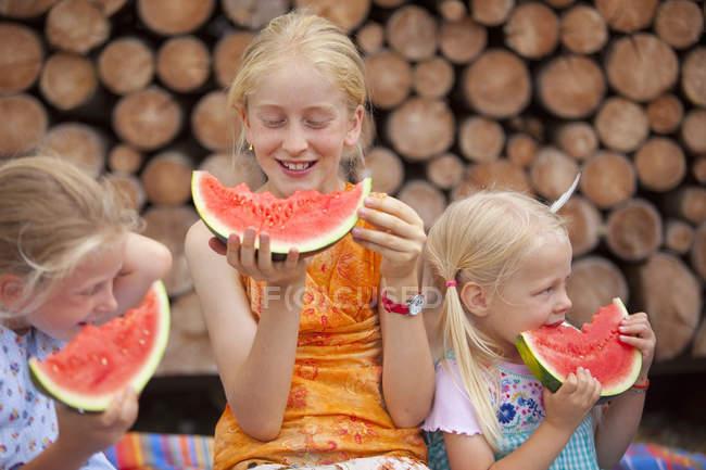 Щасливих дівчаток їсть кавун в природі — стокове фото