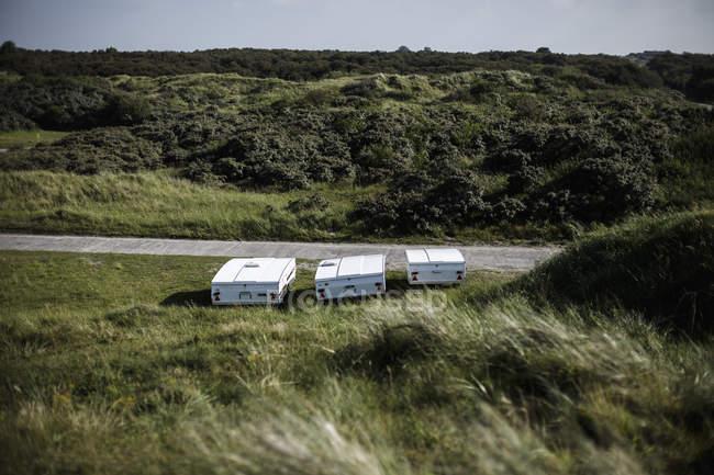 Paesi Bassi, campeggio roulotte in piedi sul prato — Foto stock