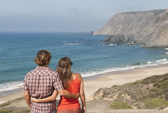 Coppie che godono la vista sull'oceano — Foto stock