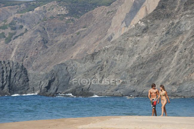 Pareja caminando en la playa - foto de stock