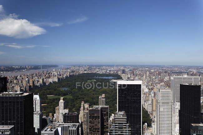 EUA, Nova Iorque, vista da cidade com o Central Park e céu azul — Fotografia de Stock
