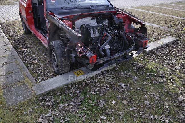 Руїни сломанной червоний автомобіль на траві — стокове фото