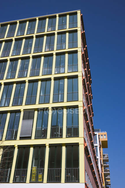 Vue de dessous d'un immeuble moderne dans la journée, Westend de Munich, Bavière, Allemagne — Photo de stock