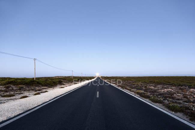 Portugal, Sagres, vista da estrada vazia durante o dia — Fotografia de Stock