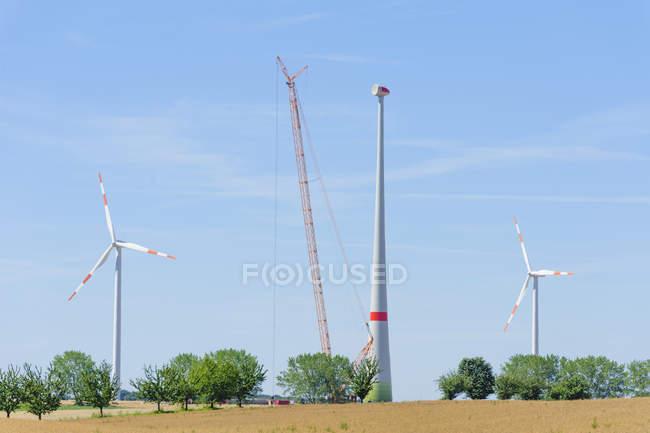 Allemagne, Saxe, Construction d'une roue à vent avec grue — Photo de stock
