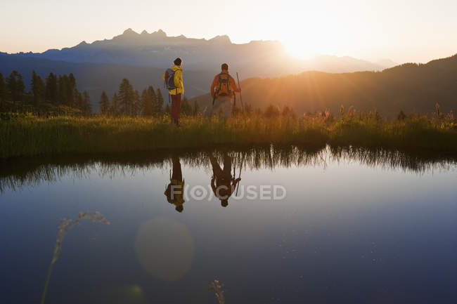 Пара наблюдать восход солнца — стоковое фото