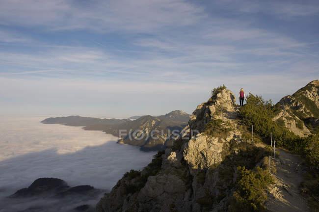 Alemania, Baviera, Walchensee región, caminante en montaña - foto de stock