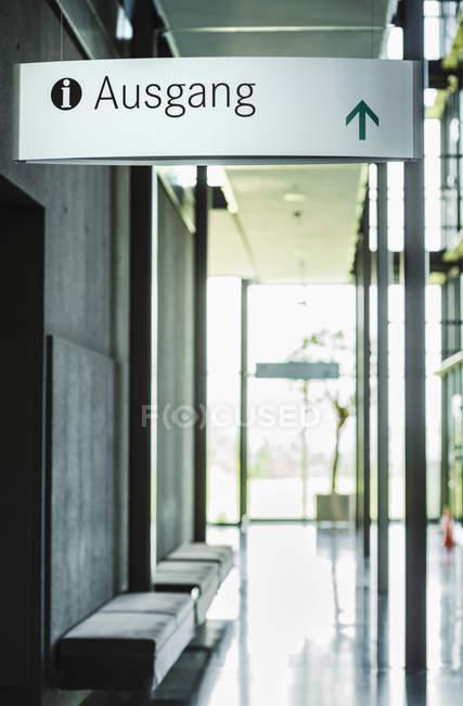 Modernes Bürogebäude mit Ausfahrtsschild — Stockfoto