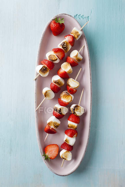 Marshmallow and strawberry skewers on tray, closeup — Stock Photo
