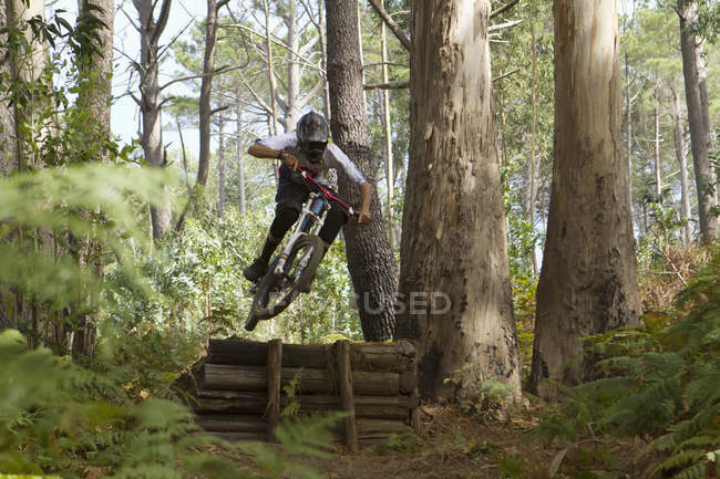 Bicicleta de montaña de hombre maduro a caballo - foto de stock