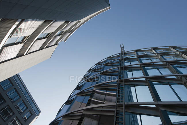 Нижній зору сучасних будівель в денний час, Westend Мюнхені, Баварія, Німеччина — стокове фото