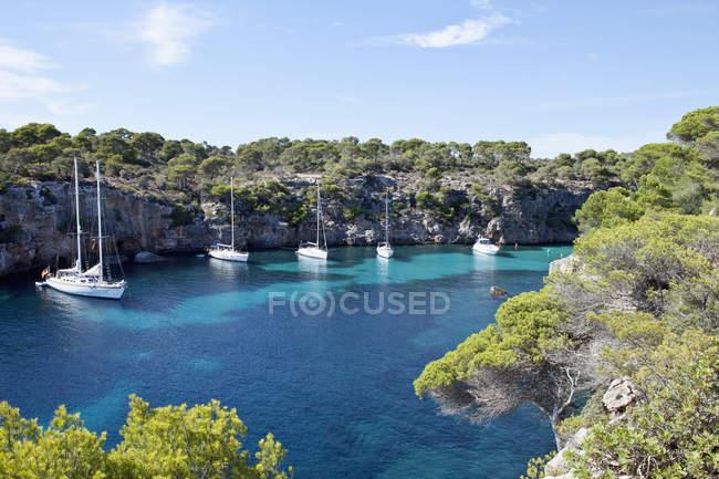 Baia con barche a vela a Cala Pi — Foto stock