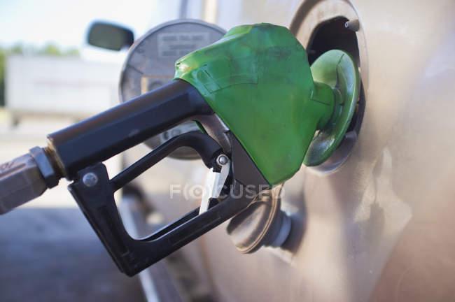 Gros plan de l'essence dans le camion à la station de gaz de remplissage — Photo de stock