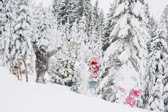 Австрія, Зальцбург County, хлопчик і дівчинка з задоволенням в снігу — стокове фото
