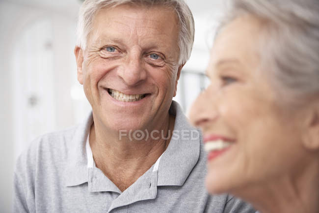 Smiling senior couple — Stock Photo