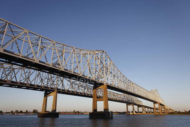 EUA, Nova Orleans, ponte sobre o Mississipi rio e céu azul em fundo — Fotografia de Stock