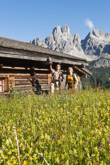 Австрия, Зальцбург, Фильцмоса, пара стоя в альпийский луг — стоковое фото