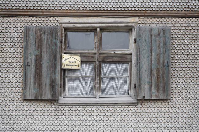 Германия, Бавария, дом из картона с открытым окном — стоковое фото